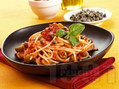 Спагети с доматен сос, каперси и зелени маслини