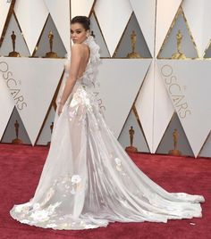 this dress is so princessy , hailee steinfeld at the 2017 oscars 😍