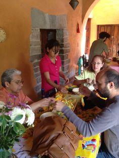 Los asistentes cocinan y preparan ingredientes prehispánicos de cultivos nativos para un platillo emblemático de la temporada.