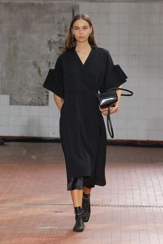 Fashion Tips Color Jil Sander Spring 2019 Ready-to-Wear Collection - Vogue.Fashion Tips Color Jil Sander Spring 2019 Ready-to-Wear Collection - Vogue Fashion Pants, Look Fashion, Spring Fashion, High Fashion, Womens Fashion, Fashion Trends, Fashion Design, Feminine Fashion, Vogue Fashion