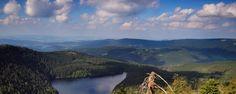 """Sumava in de zomer, Tsjechië.   Sumava in de zomer betekent eindeloze dichte bossen, kristalheldere gletsjermeren, hoge hellingen, wilde rivieren en mysterieuze venen gehuld in de mist; dit is de Šumava bergketen die zich uitstrekt langs de grens tussen Bohemen en Duitsland en de bijnaam """"het groene dak van Europa"""" draagt dankzij de ligging en de ononderbroken bossen. Elk jaar lokt Šumava talloze bezoekers om te genieten van een actieve vakantie."""