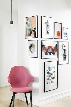 Een fotogalerij in een hoek van de muur is een verrassende plek voor fotolijsten. Creatief en speels en ook geschikt voor kleine ruimtes in huis.