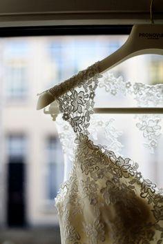 detailfoto van de prachtige trouwjurk met kant