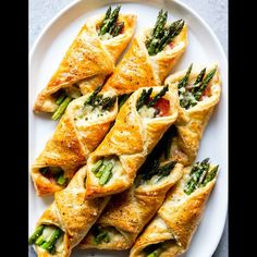 Prosciutto Asparagus Puff Pastry Bundles (appetizer) - Fox and Briar These Prosciutto Asparagus Puff Pastry Bundles are an easy and elegant appetizer or brunch idea! Perfect for Easter, Mother's Day or any other spring brunch! Vegetable Dishes, Vegetable Recipes, Vegetarian Recipes, Cooking Recipes, Healthy Recipes, Salad Recipes, Prosciutto Asparagus, Asparagus Recipe, Asparagus Appetizer