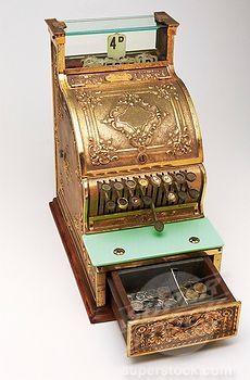 Durante el período comprendido entre 1888 a 1915 las cajas registradoras se vistieron de fantasía y metal fundido según el caso extendiéndose a casi todos los establecimientos de venta al por menor. Este período es el que mejor está representado por las registradoras elaboradas en bronce repujado y maderas nobles