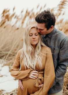 Beautiful outdoor winter maternity pictures with Kenzie Akiko - Motherhood & Child Photos Outdoor Maternity Pictures, Winter Maternity Pictures, Natural Maternity Photos, Outdoor Pictures, Winter Pregnancy Photos, Maternity Winter, Maternity Photo Outfits, Maternity Poses, Sibling Poses