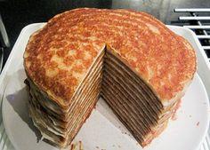 Dit heerlijk receptje voor een pannenkoekentaart komt van Jeroen Meus Ingrediënten voor pannenkoekentaart: voor het pannenkoekenbeslag: 1 l melk 4 eieren 400 g patisseriebloem 40 g boter snuifje zout scheutje arachideolie of wat extra boter Voor de vanillesiroop: 150 g suiker 150 g water 1 vanillestokje 2 blaadjes gelatine Bereidinswijze: Voor het pannenkoekenbeslag: Smelt de …