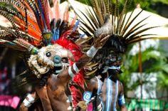Los guerreros mayas en traje tradicional, realizando una danza ritual antigua