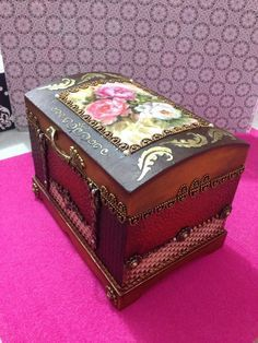 Baú Painted Trunk, Painted Chest, Painted Boxes, Painted Furniture, Wooden Boxes, Altered Cigar Boxes, Old Suitcases, Trunks And Chests, Decoupage Box