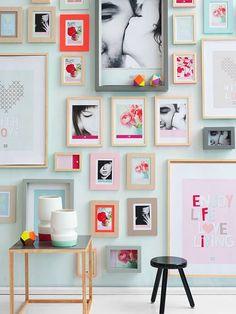Parede decorada com quadros.