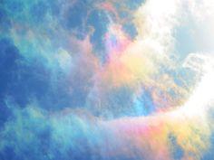 古くから『吉兆』といわれる彩雲 見上げたら、美しい光景に目を奪われた – grape [グレイプ]