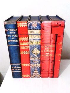 Lindíssima caixa com tampa em formato de livro. <br>Excelente para presentear em qualquer ocasião. <br>Técnicas com stencil e pátina nas laterais. <br>Cor azul, vermelho na parte interna, stencil e pátina com ouro velho nas laterais.