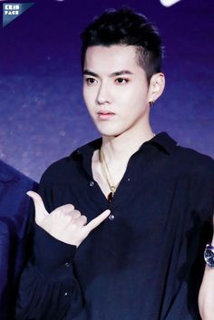 Kris in a black outfit kills me lord Jesus