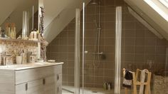 Aménager une salle de bains sous les combles : mode d'emploi // http://www.deco.fr/diaporama/photo-amenager-une-salle-de-bains-sous-les-combles-74533/