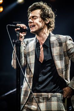 Harry Styles Cute, Harry Styles Pictures, Harry Edward Styles, Louis Y Harry, Harry Styles Wallpaper, Mr Style, One Direction Pictures, Nikko, Millie Bobby Brown