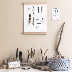 """Die kleinen Dinge on Instagram: """"Ich hab ja auch so meine Lieblingsprodukte aus dem Onlineshop 💛 Das Federposter, die Postkarte und das Vogelmemo Spiel gehören auf jeden…"""" Leo Love, Shops, Gallery Wall, Illustration, Poster, Frame, Instagram, Home Decor, Yurts"""