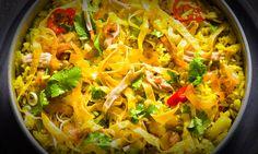 Saiba como fazer arroz frito com galinha e legumes. Experimente a receita e partilhe.
