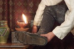 Period method of lacing the feet of mail chauses