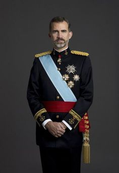 New photograph shows King Felipe posing in his gala uniform as Captain General of the Army. Around his waist the red Captain General sash is visible.