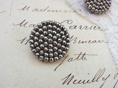 英国ヴィクトリア時代(1837年-1901年)に作られたガラスボタンです。表面に繊細なカットが入ったブラックガラスに、シルバーを蒸着させる技法で作られた、ラス...|ハンドメイド、手作り、手仕事品の通販・販売・購入ならCreema。
