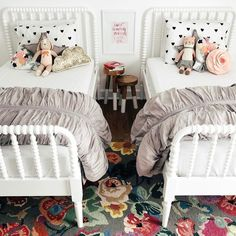 Geteiltes Kinderzimmer für zwei Mädchen mit zwei Einzelbetten.
