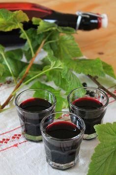 """Neben den """"normalen"""" roten Johannisbeeren haben wir auch schwarze in unserem Garten. Dieses Jahr habe ich diese zu feinem Cassis-Likör ..."""