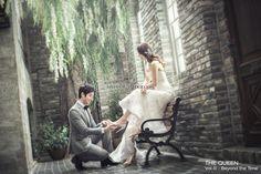 花嫁さんから大人気のポーズ♪ 彼にウェディングシューズを履かせてもらう「シンデレラショット」10選*。 | ZQN♡