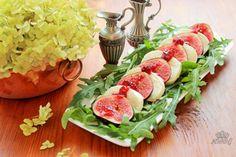Фото к рецепту: Салат Капрезе с моцареллой,инжиром и клюквенным соусом.