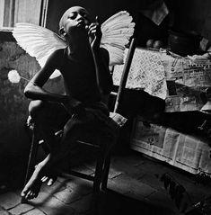 """Maureen Bisilliat / Acervo IMS. """"Menino-anjo/ Assis"""", São José do Rio Pardo - SP, 1965"""