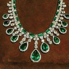 Follow@thejewellcloset . Stunning Diamond & Emerald Necklace.. follow@thejewellcloset Follow@thejewellcloset Follow@thejewellcloset Follow@thejewellcloset Follow@thejewellcloset ➖➖➖➖➖➖➖➖➖➖ Follow@thejewellcloset Follow@thejewellcloset Follow@thejewellcloset Follow@thejewellcloset➖➖➖➖➖➖➖➖➖ ➖ ➖ ➖ ➖ ➖ .. #diamonds#rosegold #necklace #brooch #jewellcloset #finejewelry#jewelry#jewellery#antiquejewelry#jewels #jewelrydesigner#glam#voguemagazine#finejewellery #luxuryl...