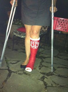 you can monogram your cast! If I ever break a leg I'll have this.