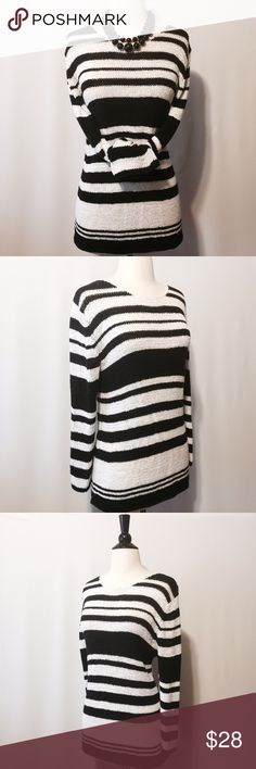 ✨ August Silk Black & White Stripe Sweater Black & white horizontal knitted stripe sweater. 38% Nylon 35% Acrylic 27% Cotton Machine washable august silk Sweaters Crew & Scoop Necks