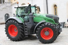 The all new fendt 1050 vario with a impressive 500hp and is running on 710/65R 38 on front and 900/65R 46 on the rear.
