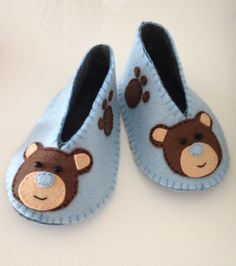 Neuen Handmade Felt Baby Shoes / Teddy Bear Booties by FeltinLoveeee Baby Shoes Pattern, Shoe Pattern, Baby Patterns, Felt Baby Shoes, Crochet Baby Shoes, Booties Crochet, Crochet Hats, Baby Crafts, Felt Crafts