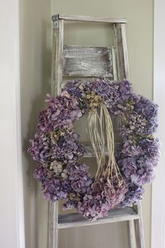 hydrangea wreath & old ladder - Love this decoration Deco Floral, Arte Floral, Hydrangea Wreath, Floral Wreath, Purple Wreath, Lavender Wreath, Diy Wreath, Door Wreaths, Decoration Shabby