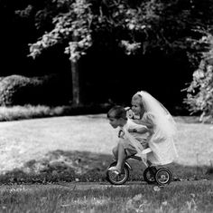 just married/young love. Black White Photos, Black And White Photography, Cute Kids, Cute Babies, Robert Doisneau, Young Love, Jolie Photo, Just Married, Beautiful Children