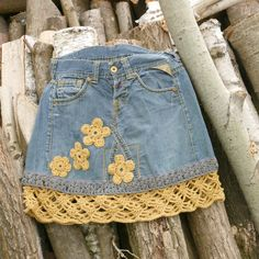 Worn, cleaned jeans turn into a unique denim skirt through extensive reworking. The striking yellow st . Diy Jeans, Recycle Jeans, Denim Bag, Denim Outfit, Denim Skirt, Denim Handbags, Denim Crafts, Jeans Rock, Clothing Hacks