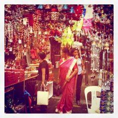 merasakan menjadi bagian dari penduduk lokal dengan mengunjungi dan berbelanja di pasar tradisonalnya. rasakan suasana berbeda dengan berkomunikasi dan bercengkrama dengan para pedagang dan pengunjung lokal