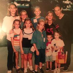 """Quem mais aqui era fã dos @Hanson nos anos 90? Eles levavam todas nós à loucura - inclusive a @mileycyrus! A cantora postou hoje uma foto dela pequena acompanhada dos irmãos e da boy band para relembrar a primeira vez que os viu ao vivo. """"Top 5 melhores dias da minha vida sem dúvida! Nunca vou me esquecer desse show"""" escreveu Miley na legenda. Essa foto é tão vibes que a gente não resistiu ao #regram!  via GLAMOUR BRASIL MAGAZINE OFFICIAL INSTAGRAM - Celebrity  Fashion  Haute Couture…"""