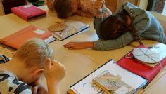"Woordenschat oefenen: ""Hoofd naar beneden, duim omhoog!"" Kids Education, Fun Learning, Spelling, Letters, Teaching, Night, Early Childhood Education, Letter, Learning"