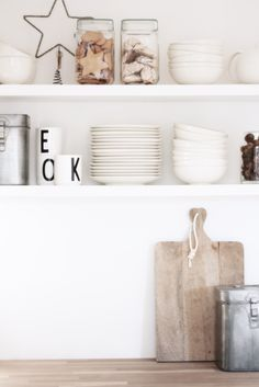 Ideas For White Wood Moodboard Scandinavian Shelves, Scandinavian Kitchen, Kitchen Shelves, Kitchen Decor, Rustic Kitchen, Kitchen Storage, Home And Deco, Storage Shelves, Open Shelving