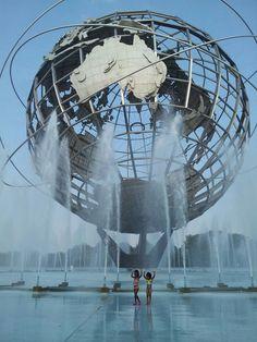 1. QUEENS, EL BRON Y STATEN ISLAND: Una vez visitados los confortables barrios de Manhattan y Brooklyn, lo mejor es ir de compras por zonas. Se puede pasear sin rumbo fijo por una zona que ocupa varias manzanas donde hay por ejemplo, un pequeño bazar con múltiples tiendas, y desprenderse del dinero en efectivo.  Un buen ejemplo es el tramo de la 74th St, que empieza en el metro de Roosvelt Ave, en Jackson Heights, Queens.