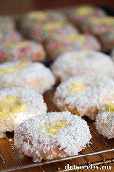 Verdens beste skolebrød med kokos og strøssel | Det søte liv Cake Cookies, Doughnut, Food And Drink, Sweets, Baking, Desserts, Breads, Tailgate Desserts, Deserts