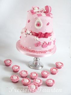 babyshower cake with cupcakes