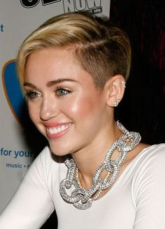 Celebrities in Short, Edgy Hairstyles: Miley Cyrus& Pompadour Hairstyle Funky Short Hair, Short Brown Hair, Girl Short Hair, Short Hair Cuts, Short Blonde, Pixie Cuts, Black Hair, Trending Hairstyles, Pixie Hairstyles