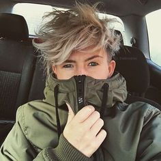 Hello - Recently - Cheveux Tomboy Haircut, Tomboy Hairstyles, Pixie Hairstyles, Cool Hairstyles, Androgynous Haircut, Hair Inspo, Hair Inspiration, Ftm Haircuts, Hair Reference