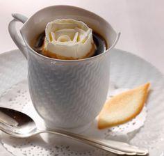 京都と言えば抹茶にあんこと、和スイーツを和風なお店でまったり頂くのが定番ですが、時には洋風を極めたカフェタイムはいかが。優雅な洋館「長楽館」で、真っ白なバラの浮いたウインナーコーヒーを飲めば、気分はヨーロッパの貴婦人です。 長楽館は明治42年「煙草王」村井吉兵衛の賓客をもてなすための迎賓館として建築