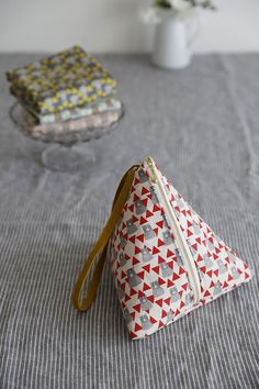 Links to a Japanese fabric company's site. I like the shape of the wristlet, doesn't look too hard to figure out. Learn to sew them at www.japanesesewingpatterns.com