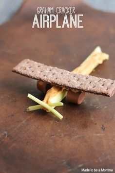 This Graham Cracker Airplane snack would be cute at a airplane birthday party. Grapes would also work for wheels to make this a fairly healthy snack. Cute Snacks, Fun Snacks For Kids, Cute Food, Edible Crafts, Food Crafts, Edible Art, Toddler Meals, Kids Meals, Creative Snacks