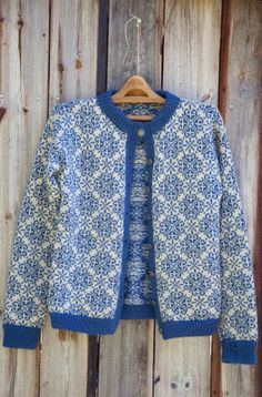 Knit your own cozy cardigan! Free knitting patterns at… Fair Isle Knitting Patterns, Knitting Designs, Knit Patterns, Vintage Knitting, Free Knitting, Norwegian Knitting, Fashion Mode, Pulls, Knitwear